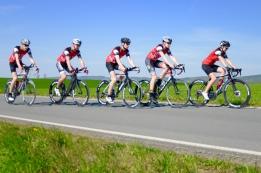 Die Youngsters vom Tri Team TG Lage auf dem Weg in die neue Saison: erste Ausfahrt mit neuen Laufrädern und Stickern vom Sponsor mw1sports. Los gehts!